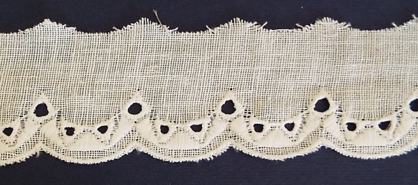 Baumwollspitze Leinenoptik, weiß mit auffälligen Muster bestickt 40 mm
