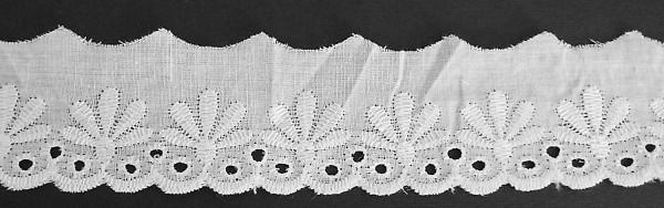 Baumwollspitze mit zarter Bogenkante, bestickt weiß 45 mm