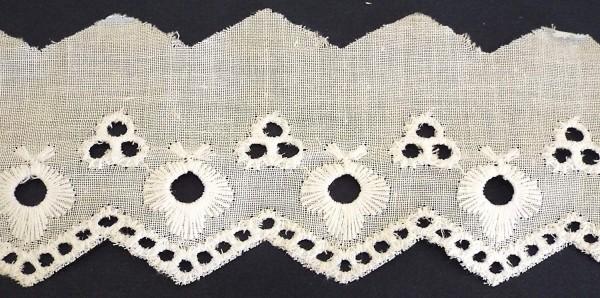Baumwollspitze mit Zick-Zack Kante, bestickt weiß 50 mm