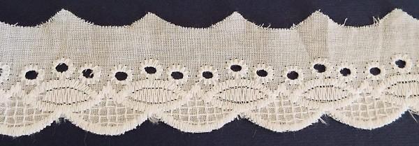Baumwollspitze creme mit auffälligen Muster bestickt 40 mm