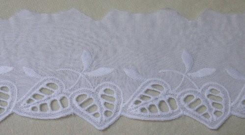 Baumwollspitze weiß mit Blattmotiv und Lochstickerei 60 mm