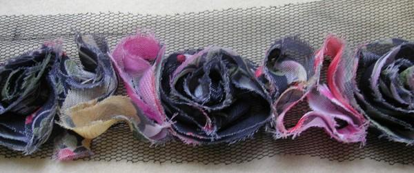 bunte Blütenborte auf Tüll gearbeitet 40 mm